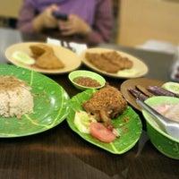 Photo taken at Ayam dan Ikan Goreng Cianjur by Adhari H. on 11/12/2012