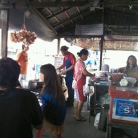 Photo taken at ก๋วยเตี๋ยวเรือวัดไทร by Neeabyonce C. on 1/6/2013