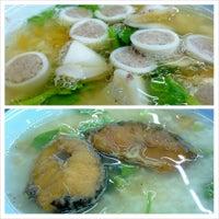 Photo taken at เฮง ข้าวต้มหัวปลา by teemeekiew t. on 7/17/2013