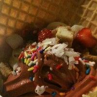 Photo taken at Menchie's Frozen Yogurt by Guurrrl on 9/18/2011