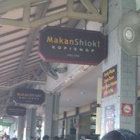 Photo taken at MakanShiok! Kopishop by Akid A. on 10/5/2011