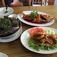 Photo taken at ร้านอาหารปากคลอง ชะอํา by Pornchai P. on 3/25/2014
