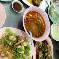 Photo taken at เฮง ข้าวต้มหัวปลา by Holy-water N. on 9/26/2013