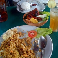 Photo taken at Cwie Mie Malang / Roellie's Steak by kurniawan a. on 1/31/2014