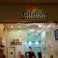 Photo taken at Tutti Frutti Frozen Yogurt by Ricardo S. on 4/3/2016