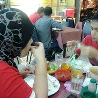 Photo taken at Restoran Kak Tini by Hermanto E. on 4/27/2013