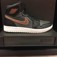 Photo taken at Nike Factory Store by Daryl C. on 11/27/2016