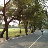 รูปภาพถ่ายที่ Vachirabenjatas Park (Rot Fai Park) โดย art u. เมื่อ 2/16/2013