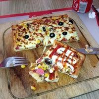 Photo taken at Kare Pizza by ÇağLa S. on 5/25/2013