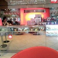 Photo taken at espressamente illy by Chi-woon C. on 6/8/2013