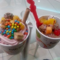 Photo taken at Tutti Frutti Frozen Yogurt by Gisella T. on 5/26/2014