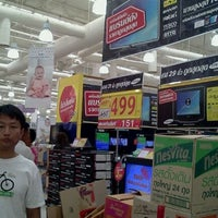 Photo taken at Tesco Lotus by Pacharawalai S. on 8/13/2011