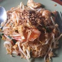 Photo taken at ร้านติ๊ด ผัดไทกุ้งสด by Hermes P. on 6/5/2014