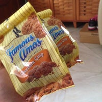 Photo taken at Famous Amos by Dayana 💋 on 5/6/2016