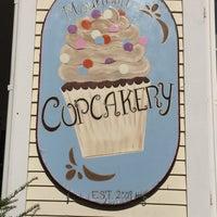 Photo taken at The White Mountain Cupcakery by Josey Lyne P. on 10/4/2015