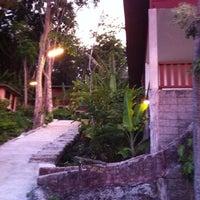 Photo taken at Koh Hai Fantasy Resort & Spa by thanongsak h. on 4/20/2013