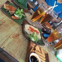Photo taken at Pondok Jowi Spesial Nasi Bakar by Aan S. on 11/3/2012