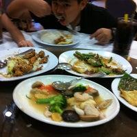 Photo taken at Restoran Kayu Manis by Ruziah M. on 12/15/2012