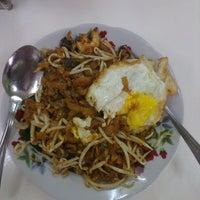 Photo taken at Restoran Lenggong Kuey Teow Kerang by ahya akila ✌ on 2/20/2015