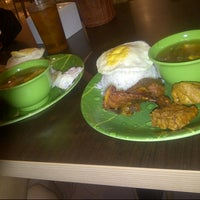 Photo taken at Ayam dan Ikan Goreng Cianjur by Ferdinan F. on 11/11/2013