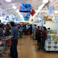 Photo taken at Foody Mart Supermarket 豐泰超級市場 by Leon M. on 5/13/2012