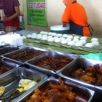 Photo taken at Nasi Lemak Saleha@Kampung Pandan by Mahfuzah D. on 12/17/2013