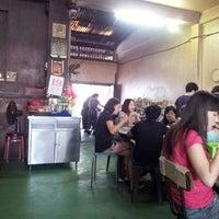 Photo taken at Restoran Hwa Mei 美华肉骨茶 by Sapasapa C. on 1/19/2014