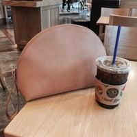 Photo taken at The Coffee Bean & Tea Leaf by Bo-Yoon C. on 5/18/2016