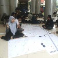 Photo taken at Gedung Dekanat Fakultas Teknik by Nidyaul E. on 6/7/2014