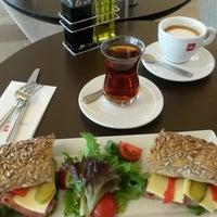 Photo taken at Espressamente İlly by Gözde T. on 5/31/2014