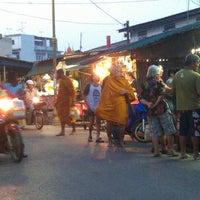 Photo taken at 7eleven ตลาดกระทุ่มแบน by Earth on 1/1/2013