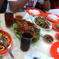 Photo taken at Seafood 212 Wiro Sableng by Riry P. on 7/29/2012