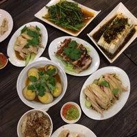 รูปภาพถ่ายที่ 五星海南鸡饭 five star hainanese chicken rice โดย Christina L. เมื่อ 5/10/2014