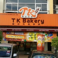Photo taken at Tong Kee Bread & Tarts 棠记兄弟饼家 by Yo K. on 11/1/2015