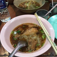 Photo taken at ร้านยืนรอ ก๋วยเตี๋ยวน่องไก่ตุ๋น by Yiingmiink S. on 12/11/2015
