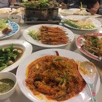 Photo taken at Ruangrit Seafood by Pakamas V. on 10/27/2016