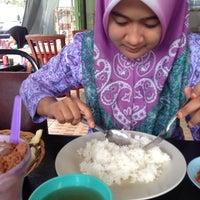 Photo taken at Restoran Kak Tini by Atin on 9/22/2014