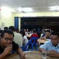 Photo taken at 宏升茶餐室 @ Kolombong by Lei chai on 11/27/2012