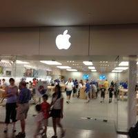 Photo taken at Apple Burlington by Rodolfo S. on 7/20/2013