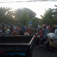 Photo taken at Pasar Keputran Utara by Gaestakizawa A. on 8/15/2015