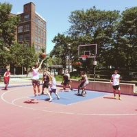 Foto tirada no(a) David Crombie Park Basketball Court por Adam E. em 7/14/2013