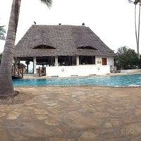 Photo taken at Sea Bar @ Uroa Bay Beach Resort by Rado 🐯🏊 M. on 2/9/2014