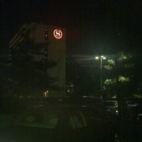 Photo taken at Sheraton Newark Airport Hotel by Nguyen S. on 10/23/2011