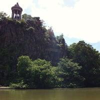 Foto tirada no(a) Parc des Buttes-Chaumont por Jakub P. em 6/17/2012