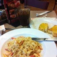 Photo taken at Pizza Hut by Na N. on 7/30/2012