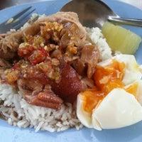 Photo taken at Kaw Kha Moo Chang Phuek by Natpapat K. on 8/21/2012
