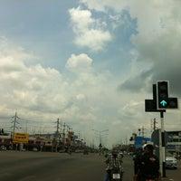 Photo taken at ตลาดสด สี่แยกสามทหาร by dOnk @. on 4/28/2012