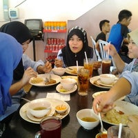 Photo taken at Restoran Nasi Ayam Gemas Mustafah by Azs E. on 2/8/2012