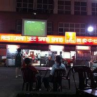 Photo taken at Restoran Yee Sang Sang (233美食中心) by Meiching on 1/22/2011