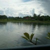 Photo taken at แพอาหารริมน้ำ คุณอี๊ด by Coffeeboom C. on 8/28/2011